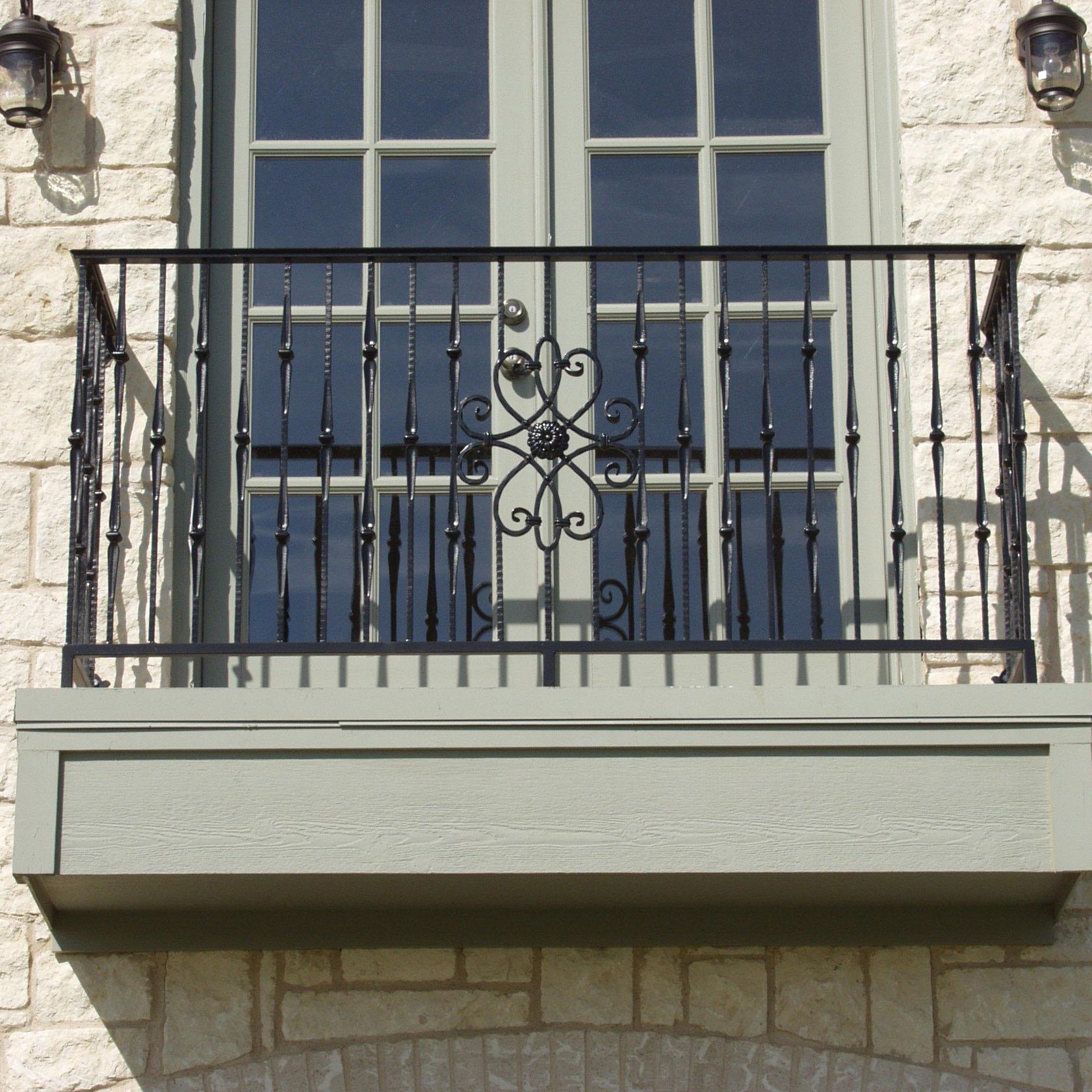 Кованый французский балкон фото